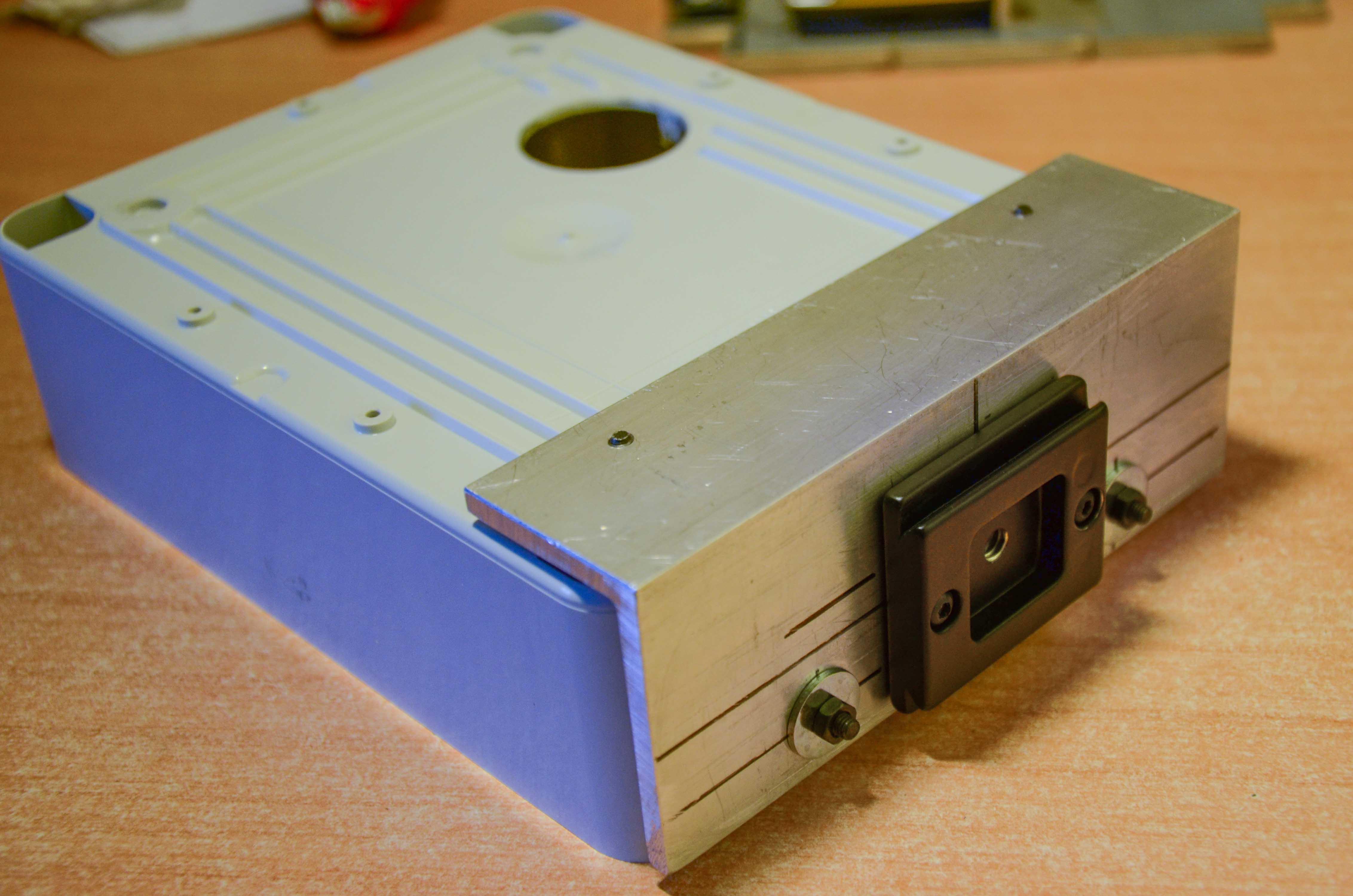La piastra e il profilo di alluminio fissati alla scatola elettrica