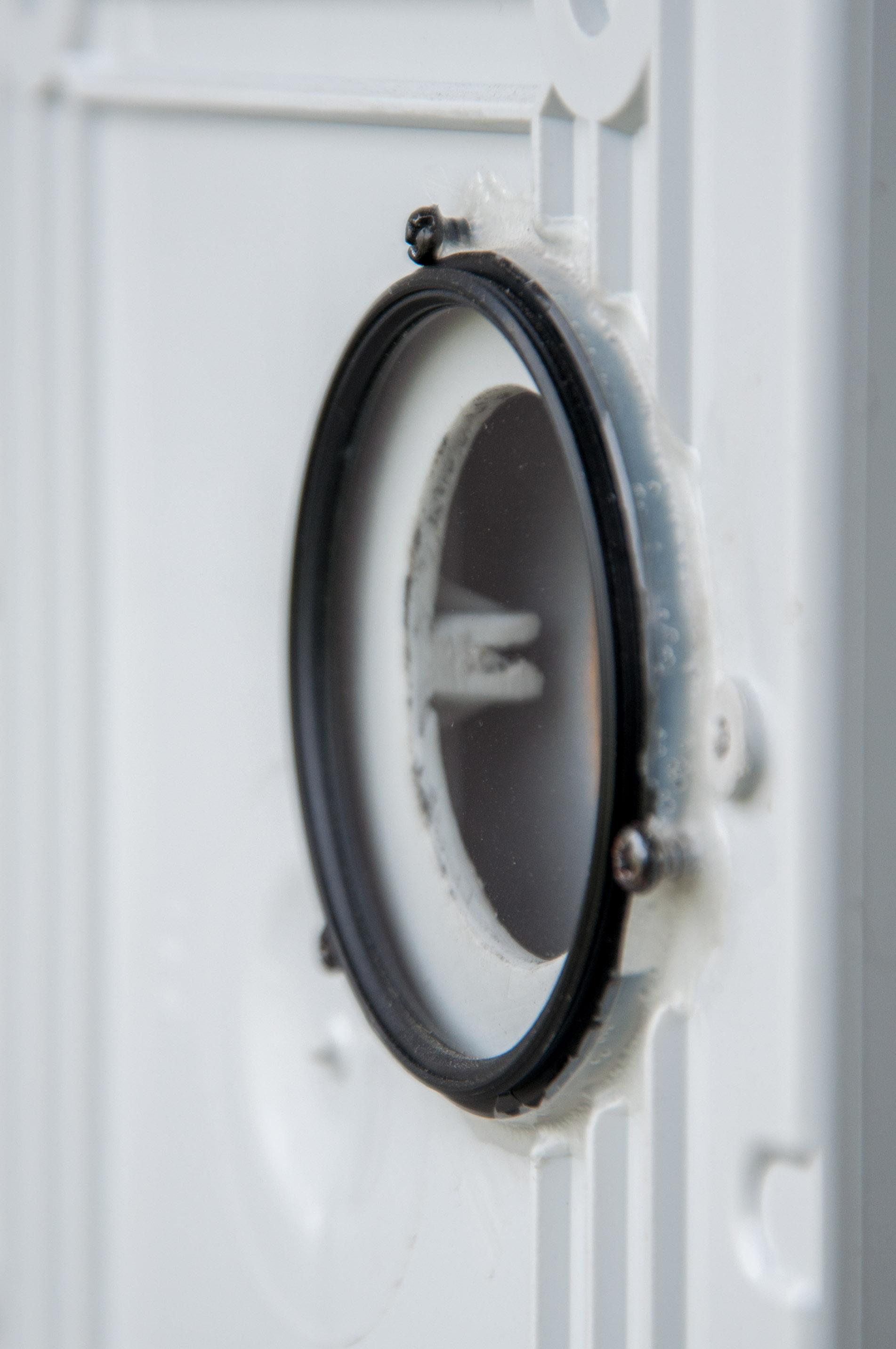Il filtro UV usato come vetro per il case: è stato avvitato e siliconato.